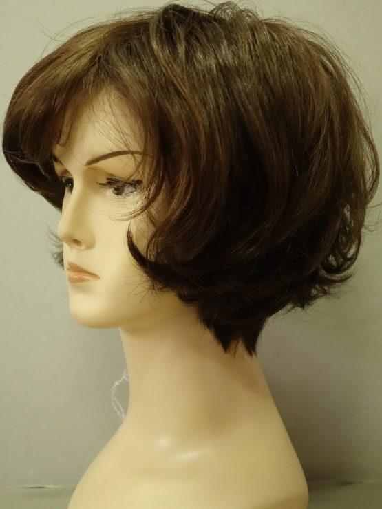 Krótka peruka w kolorze orzechowym lekko kręcona