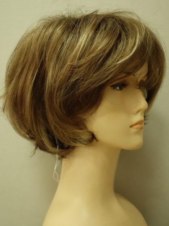 Krótka peruka w kolorze cynamonowym lekko kręcona