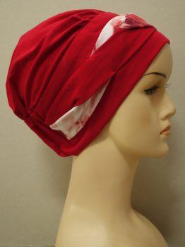 Czerwona modna czapka z plecioną dekoracją w róże
