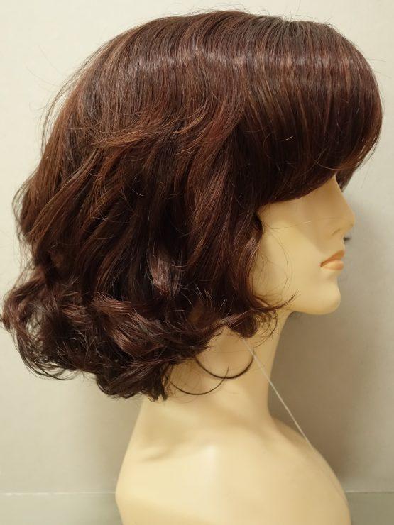 Półdługa peruka kasztanowa lekko kręcona