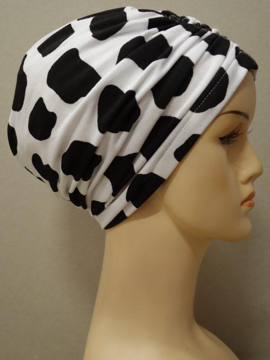 Biały czepek drapowany w czarne wzory