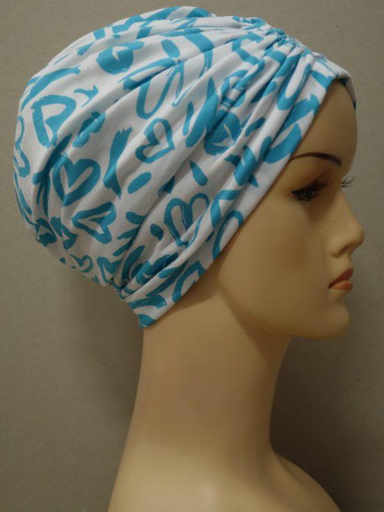 Biały w niebieskie wzory czepek drapowany