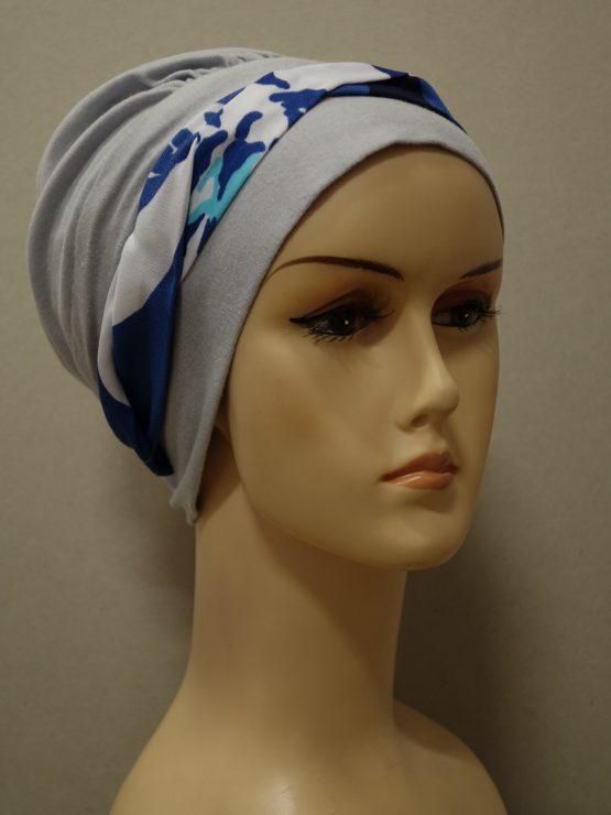 Popielata modna czapka z kolorową dekoracją