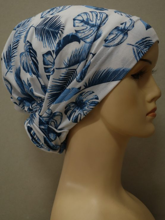 Biała chusta w niebieskie liście