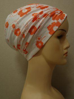 Biały czepek drapowany w pomarańczowe kwiaty