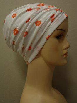 Biały czepek drapowany w małe pomarańczowe kwiaty