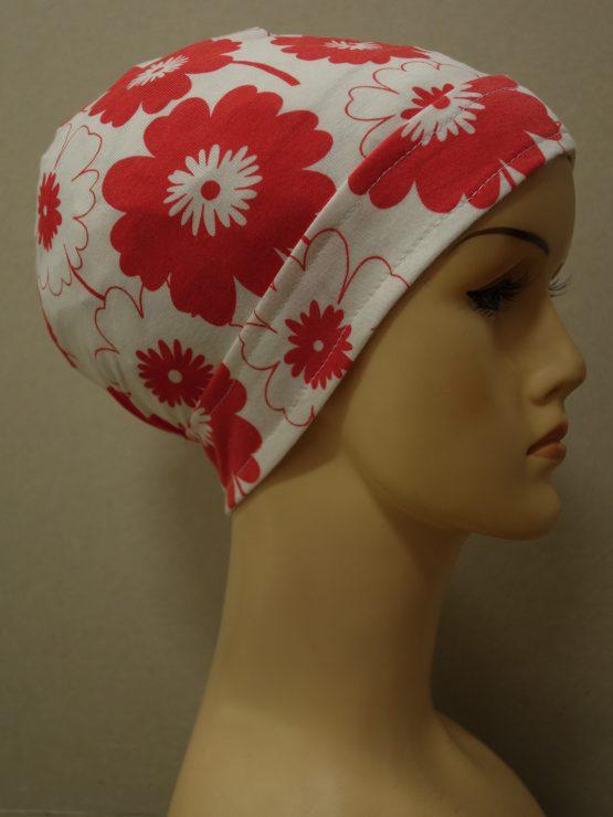 Biały czepek drapowany w czerwone kwiaty