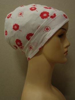Biała czapeczka w małe czerwone kwiaty