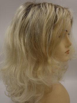 Półdługa peruka blond na ciemniejszej podstawie, kręcona