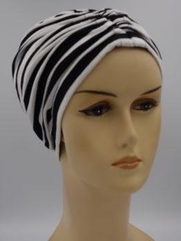 Czarny czepek drapowany w białe paski