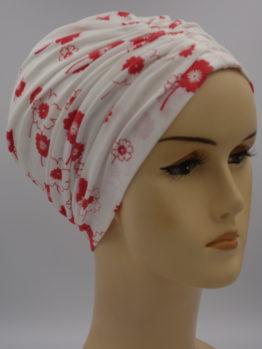 Biały czepek drapowany w drobne czerwone kwiaty