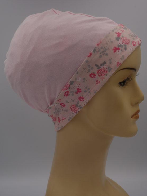 Różowa czapeczka z rantem w kwiaty