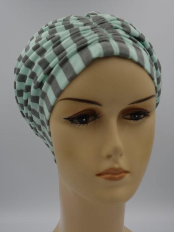 Miętowy czepek drapowany w paski