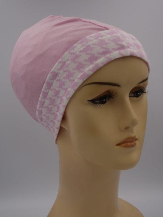 Różowa czapeczka z rantem w pepitkę