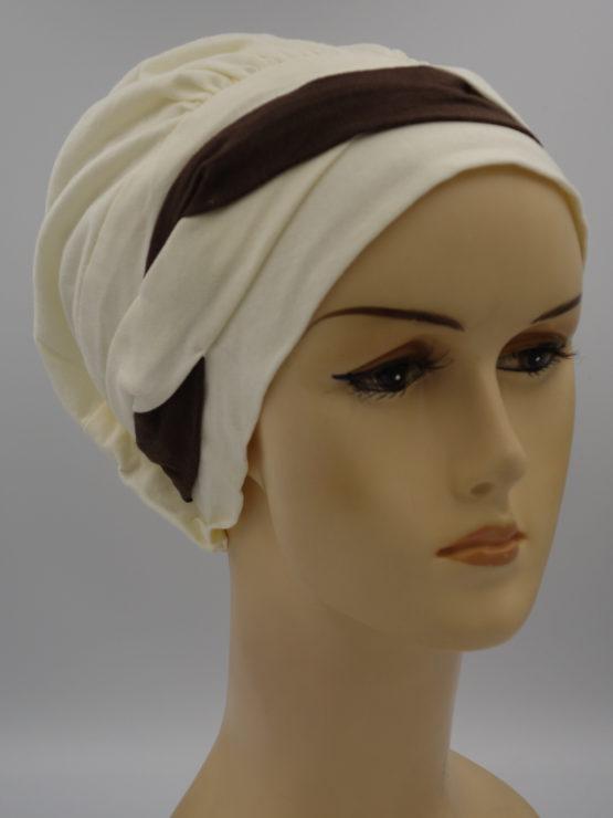 Waniliowa modna czapka z plecioną dekoracją
