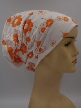 Biała drapowana czapka w pomarańczowe kwiaty