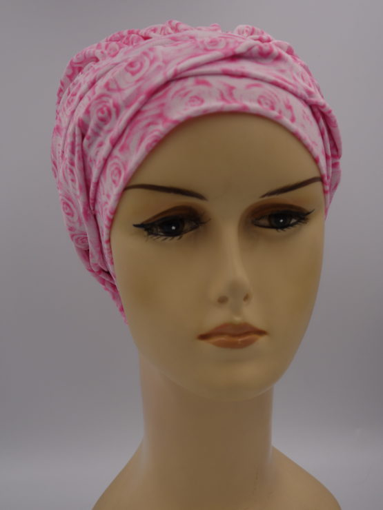 Różowa modna czapka w różyczki z plecioną dekoracją