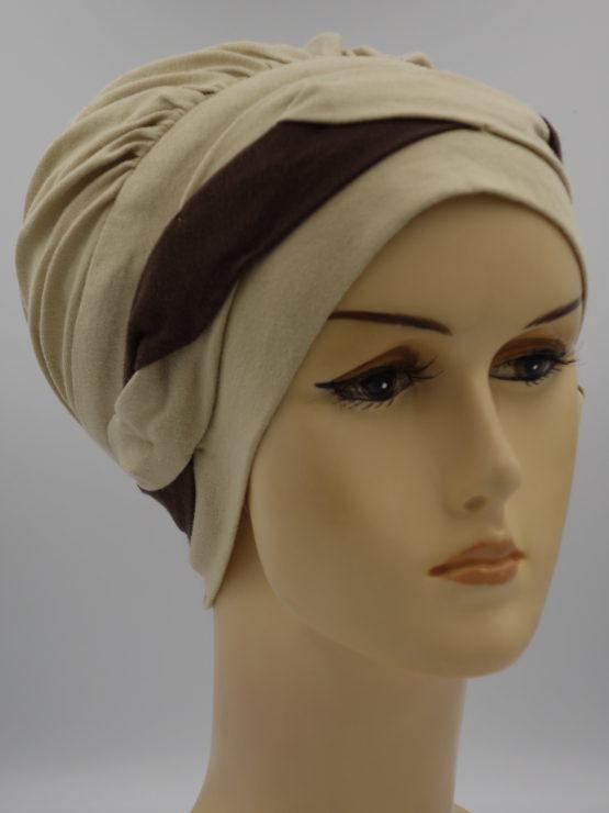 Beżowa modna czapka z plecioną dekoracją