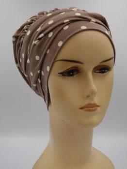 Brązowa modna czapka w groszki