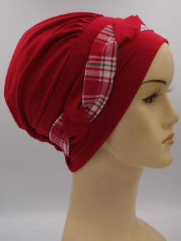 Czerwona modna czapka