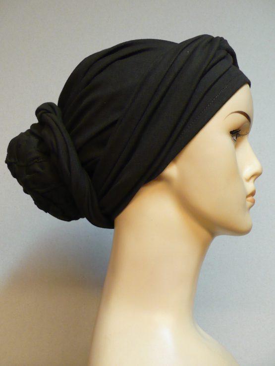 Turban w kolorze czekoladowego brązu z dekoracją uszyty z bawełny.