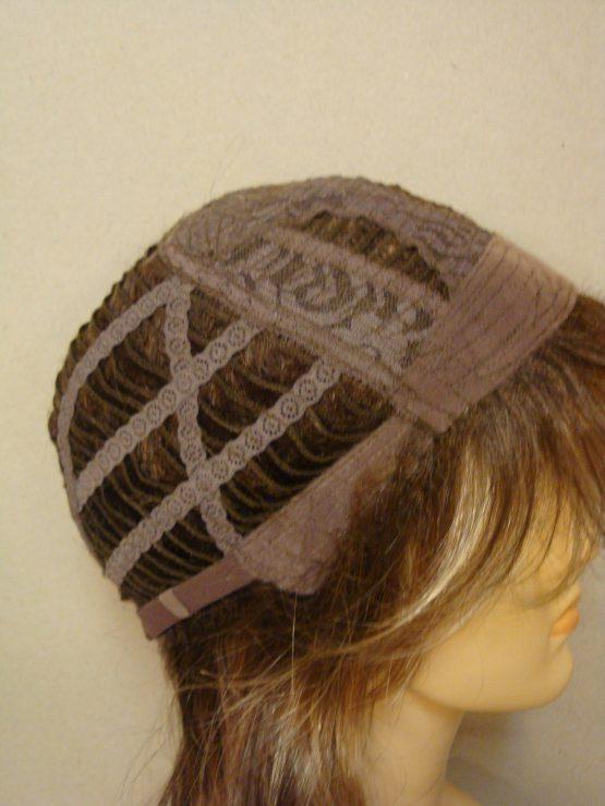 Półdługa peruka w kolorze cynamonowym