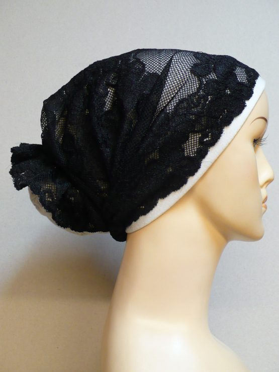 Mleczny turban wykończony czarną koronką