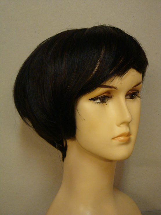 Krótka naturalna peruka w kolorze czarnym z jaśniejszymi refleksami