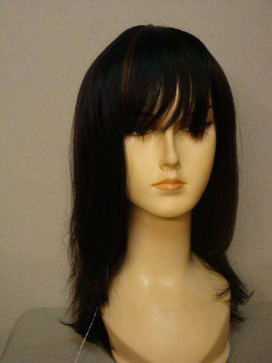 Długa naturalna peruka w kolorze czarnym z rudawymi pasemkami