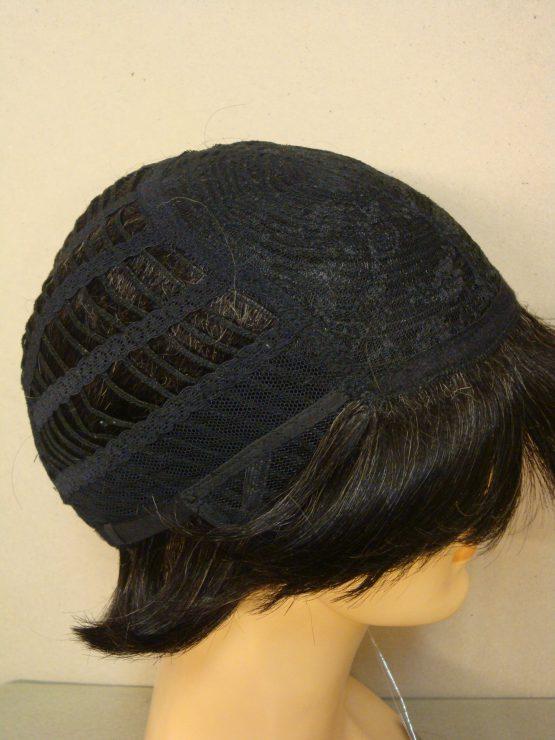 Krótka naturalna peruka w kolorze czarnym ze srebrnymi refleksami