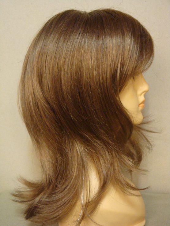 Półdługa peruka w kolorze ciemny blond