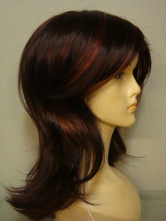 Półdługa peruka w kolorze rubinowym z refleksami