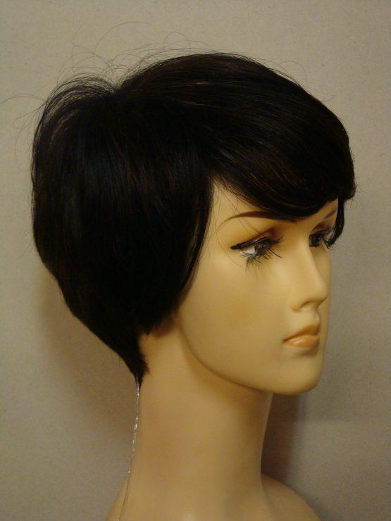 Krótka naturalna peruka w kolorze ciemnego brązu