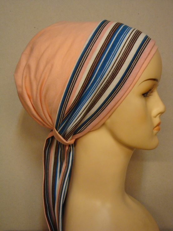 Bawełniana chusta autorska w kolorze brzoskwiniowym z dekoracją w kolorowe paseczki.