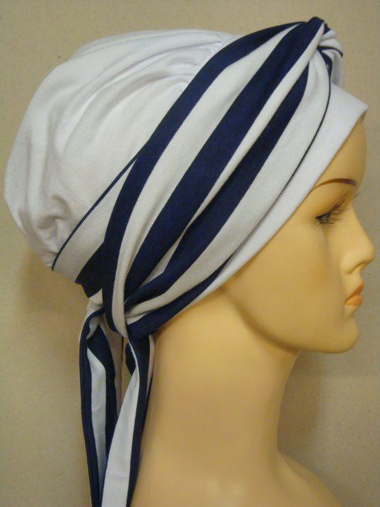 Biała chusta modny wzór z dekoracją w granatowe paski