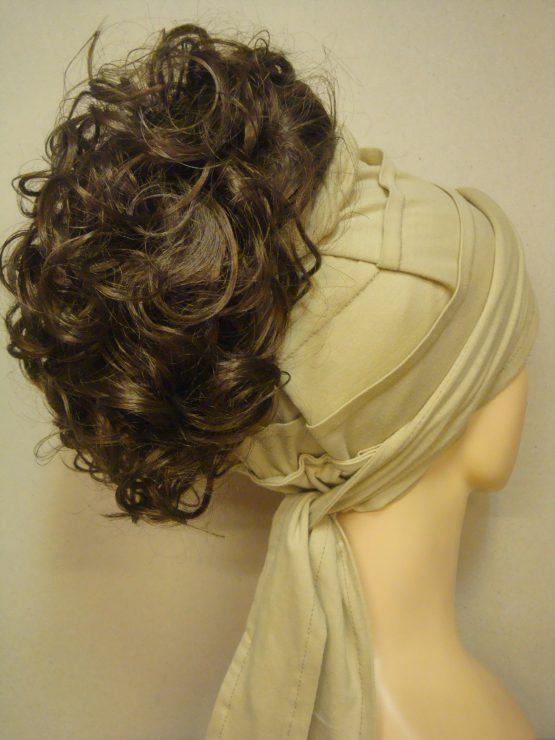 Włosy na opasce - krótkie kręcone szatyn