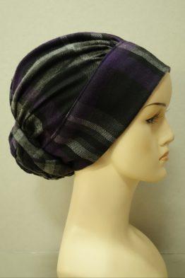 Czarny turban w fioletową kratę