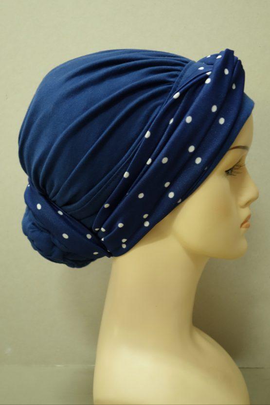 Granatowy turban z drapowaniem z dekoracją w białe groszki.