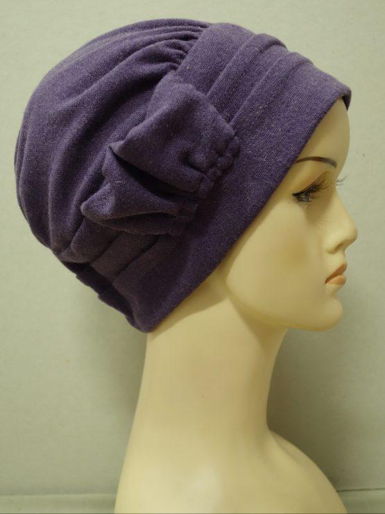Fioletowa modna czapka z dekoracją