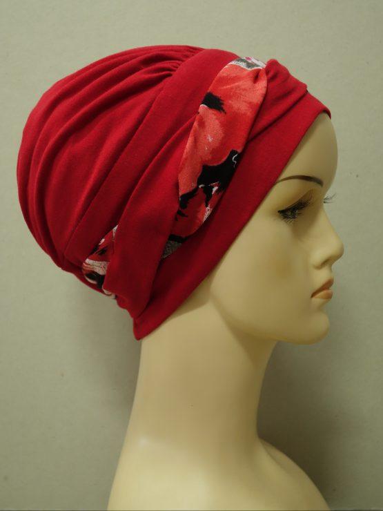 Czerwona modna czapka z plecioną dekoracją w kwiaty