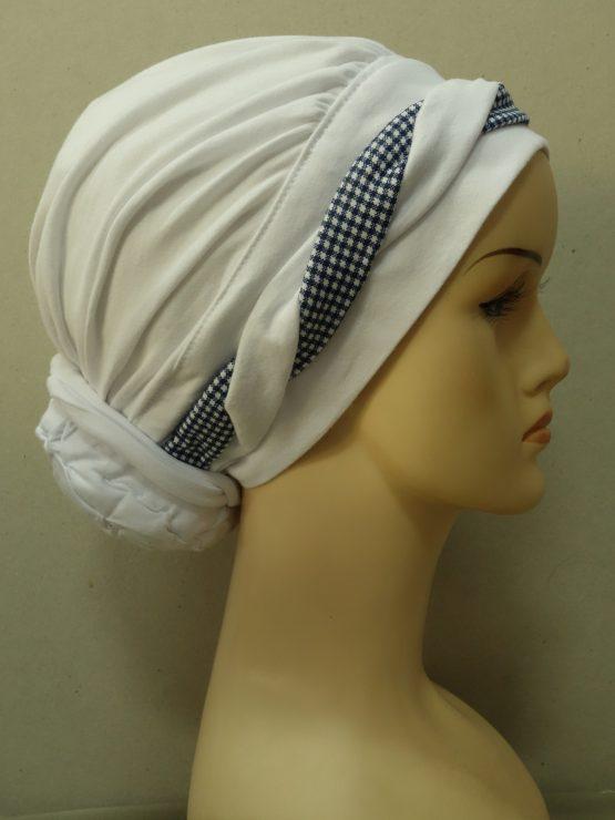 Biały turban z plecioną dekoracją w kratkę