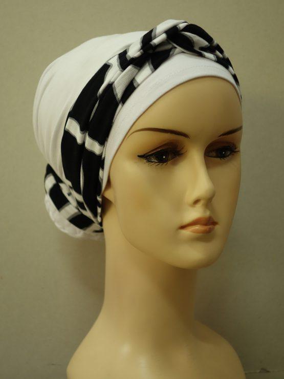Biały turban z biało-czarną dekoracją
