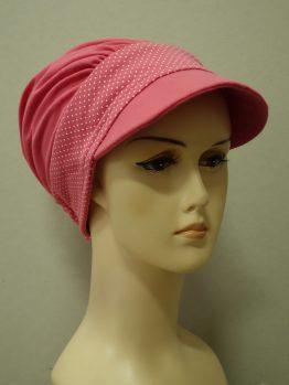 Malinowa modna czapka z daszkiem z rantem w groszki
