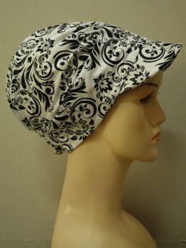 Biała modna czapka z daszkiem w czarne wzory