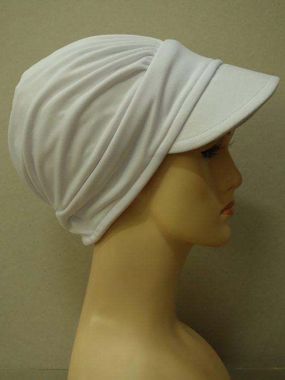 Biała modna czapka z daszkiem z kolorową dekoracją