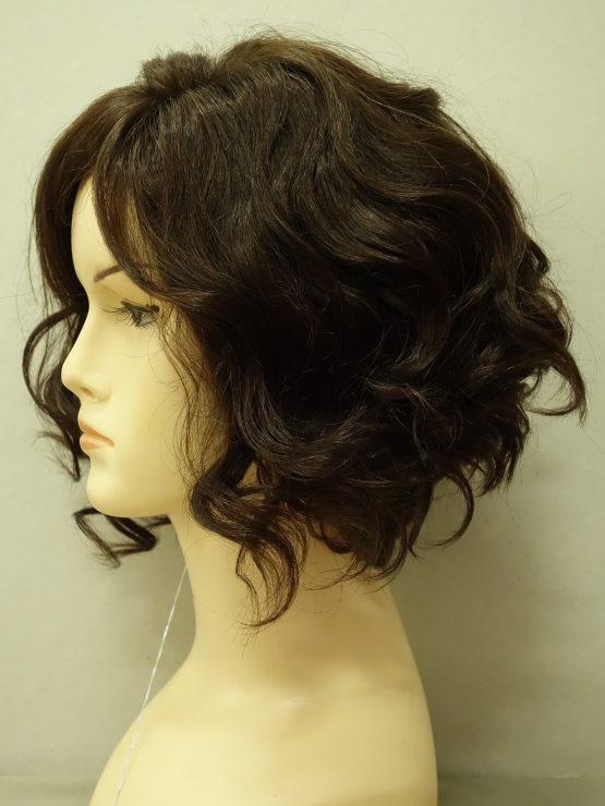 Krótka naturalna peruka w kolorze brązowym kręcona