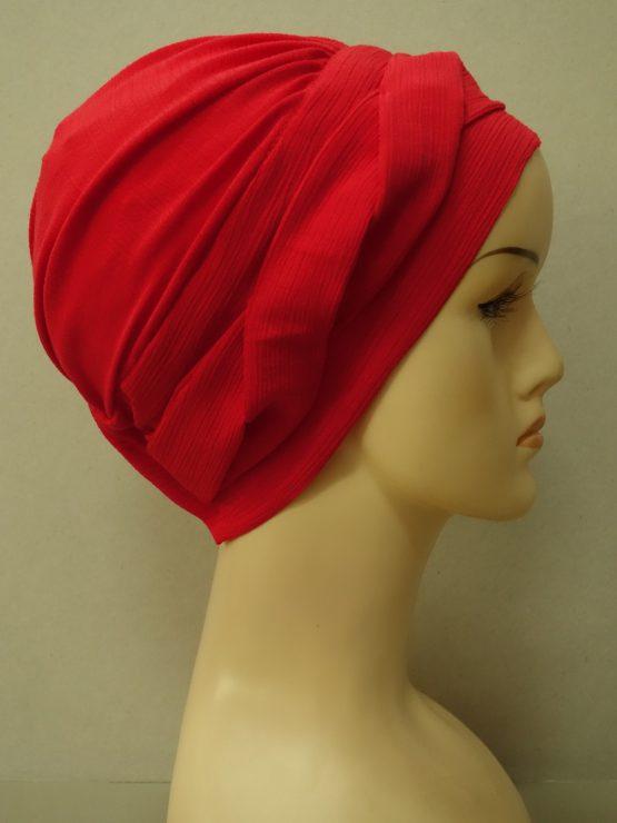 Czerwona modna czapka z dekoracją karbowana