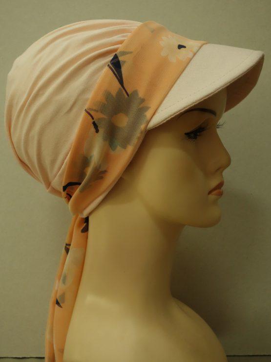 Brzoskwiniowa modna czapka z daszkiem z dekoracją w kwiaty