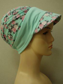 Miętowa modna czapka z daszkiem w róże