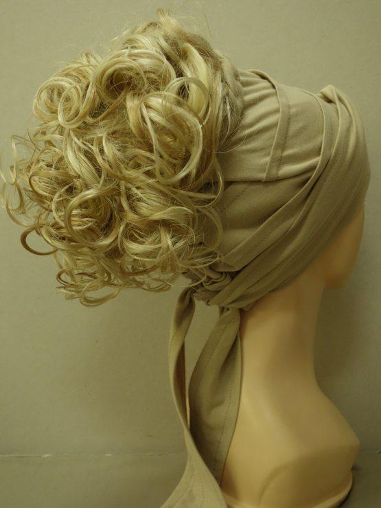 Włosy na opasce z daszkiem - kręcone blond